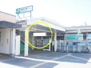 JR我孫子駅の南口出口付近にある駅看板の写真です。我孫子駅利用者(特に西口を使う方)への広告に適しています。